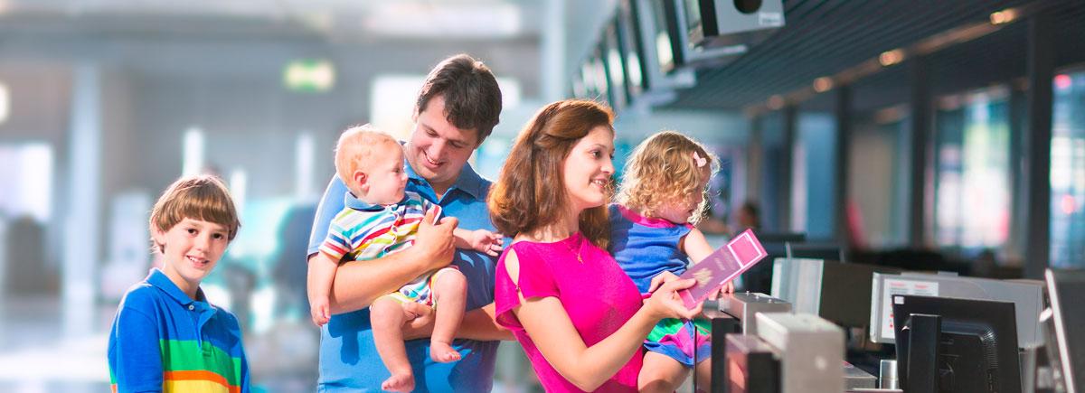 vacaciones-familia-aeropuerto-avi
